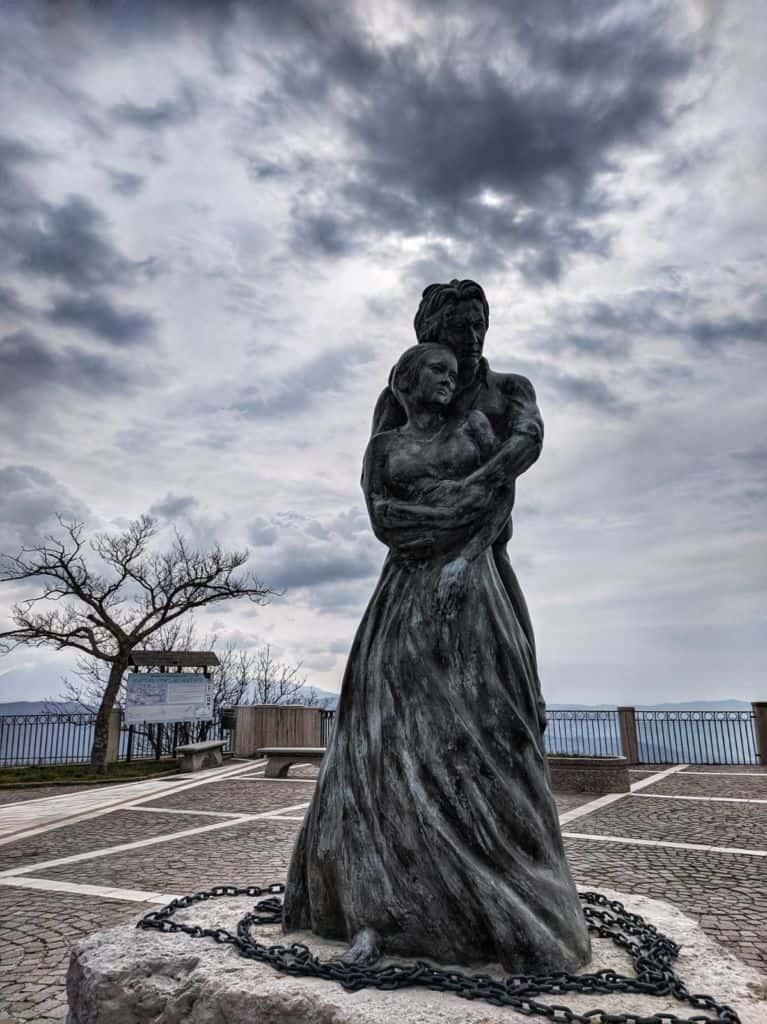 Statua innamorati Trentinara Paola Inglese